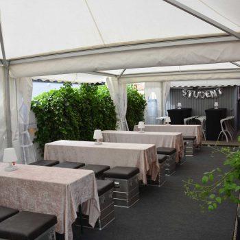 12. Privat: Studentfest med hyrt tält, bord, sittkuben QuickSeater, pallar, etc.