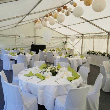 16. Privat: Fin fest i tält med bord, stolar med överdrag, dukar, porslin, glas m.m.