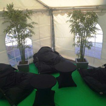 23. Riksbyggen: Tält för event samt loungemöbler som sittsäck, soffbord med stretchöverdrag och växter att hyra.