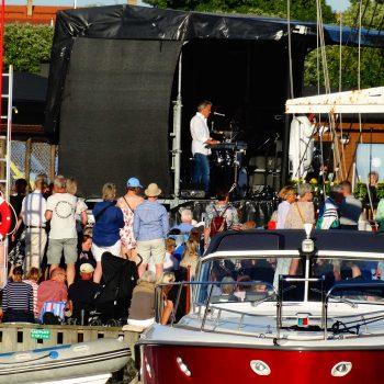 23. Småbåtshamnen: Uthyrning av scen för Allsång.