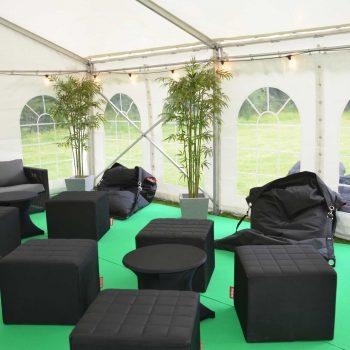 24. Headbrands: Loungemöbler som sittsäckar, sittkuber soffbord med stretch-överdrag, växter, matta uthyres.