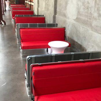 27. Slagthuset: Soffan Quickseater samt soffbord med stretchöverdrag att hyra.