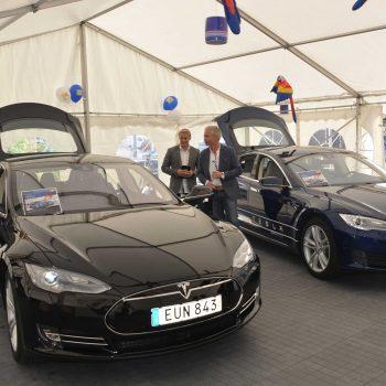 27. Tesla: Tält hyrda för bilpresentationer.