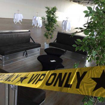 28. Ikea: VIP-avdelning med soffan Quickseater, soffbord med stretchöverdrag och växter uthyres.