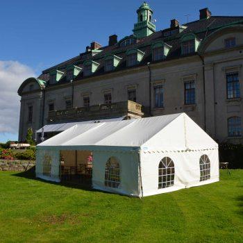 30. Örenäs Slott: Uthyrning av tält med bänkset (bänkar + bord).