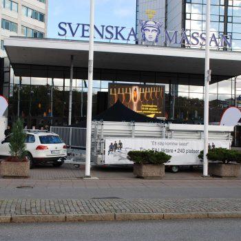 39. Svenska Mässan: Läktare Tip-n-Sit på väg till mässevent.