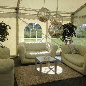41. Privat: Loungeavdelning i tält med soffor, soffbord uthyres.