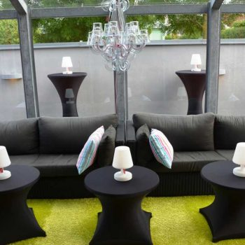 42. Privat: Loungeavdelning skapad genom att hyra soffor, soffbord med stretch-överdrag, ståbord samt lampor.