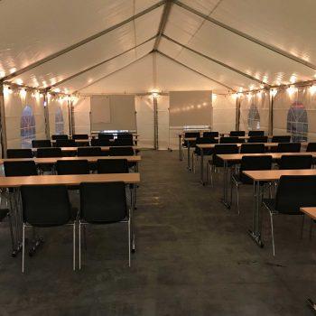 43. JLM Scandinavia: Hyrd utbildningslokal med tält, bord, stolar, etc.