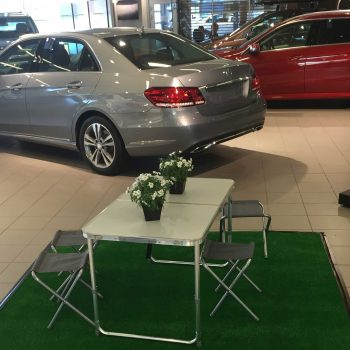 45. Mercedes: Bord och stolar uthyrda för billansering.