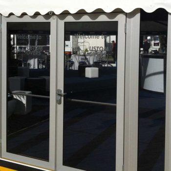 8. Custom Covers: Uthyrning av tält med riktiga fönster och dörrar.