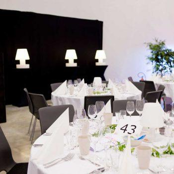 8. Nyströms Gastronomi: Festmiddag där vi hyrde ut runda bord, dukar, glas, porslin, lampor och inredning.