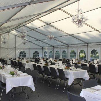 8. Privat: Partytält, bord, stoppade stolar, dukar, porslin och taklampor/ljuskronor att hyra.